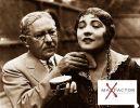 Max Factor nakładający makijaż